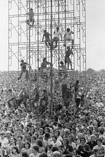 Festival se původně měl konat ve Woodstocku, ale po protestech místních obyvatel bylo nutno hledat nové místo. Nakonec svůj pozemek poskytl pro festival farmář Max Yasgur v katastru městečka Bethel, asi 70 km od Woodstocku.