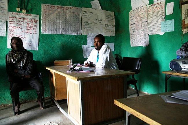 Menich Siraj (vlevo) vůdce místní komunity sedí v ředitelně s Abedelem Usmanem, který řídí místní školu již pátým rokem.