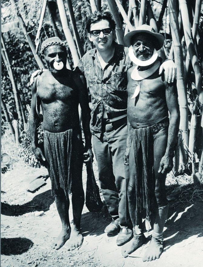Miloslav Stingl se svými přáteli zpapuánského kmene Kumu