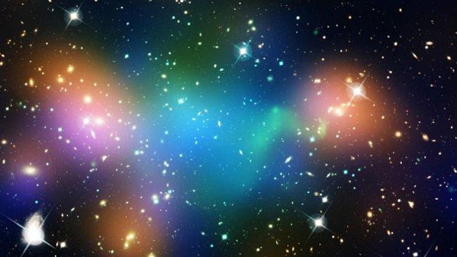 Chování temné hmoty opět zmátlo astronomy. Vůbec jí nerozumí