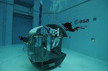 Kosmonaut Alexander Gerst v Evropské vesmírné agentuře (ESA) trénuje chůzi ve vesmíru.
