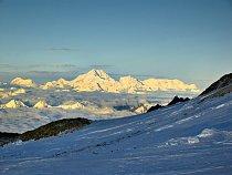 Na obzoru jihovýchodně od nás majestátná Kangchengjunga, třetí nejvyšší hora světa.