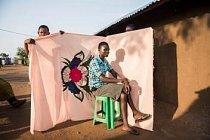 Irene Soniová pózuje před milayou neboli prostěradlem – jednou z mála věcí, kterou se její matce podařilo vzít, když utíkaly z Jižního Súdánu do Ugandy.