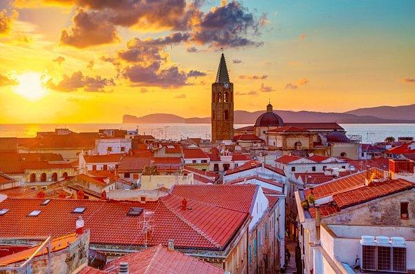 Sardinie je ostrovem neuvěřitelných kontrastů a tisíce vůní. Ostatně ipřízviska, kterými ji lidé častují, poukazují na chloubu ostrova – průzračně čistou mořskou vodu při jeho pobřeží, luxusní vyhlášené resorty iukryté zátoky, kde budete sami.