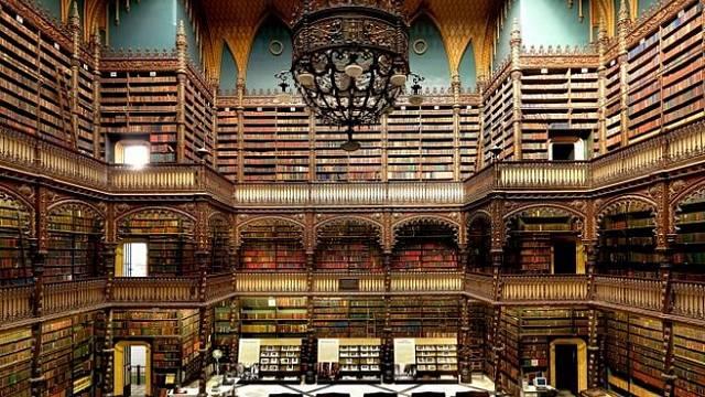 Real Gabinete Português de Leitura, Rio de Janeiro, Brazílie: Portugalská královská čítárna je příkladem neomanuelské architektury, oživující honosný sloh portugalské pozdní gotiky. Vstup je zdarma a je dovoleno fotografovat.