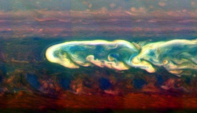 Obrovská bouře na Saturnu zničila sama sebe. Zakousla se do vlastního ocasu