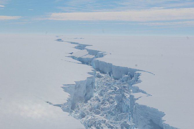 Odlomení ledovce Larsen C v souvislosti s oteplováním potvrdily i snímky z družice.
