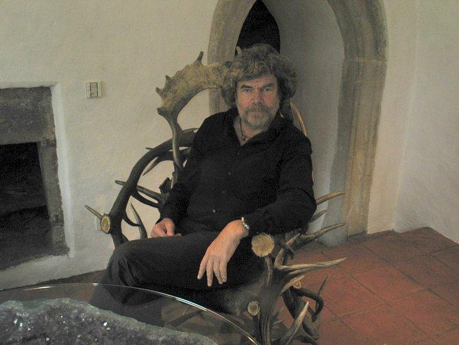 """Deset let jsem opravoval zdi, sklepy, dostavoval a snil o tom, jak do Juvalu přenesu své rodinné sídlo i himálajské sbírky,"""" vypráví Messner."""