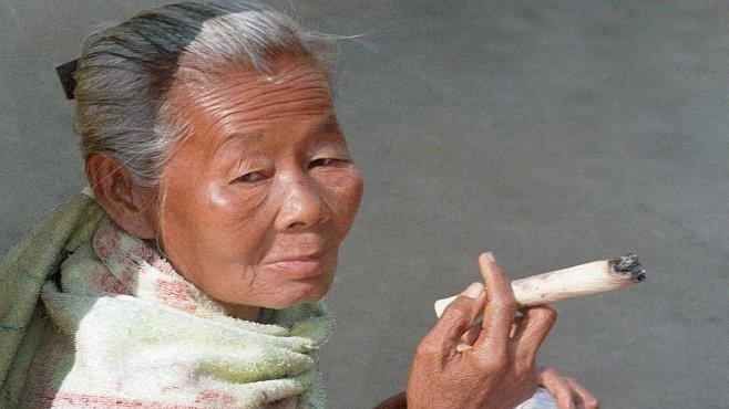horká žena kouření