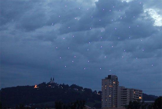 VIDEO: 49 létajících robotů víří ve vzdušném tanci. Armády si už mnou ruce