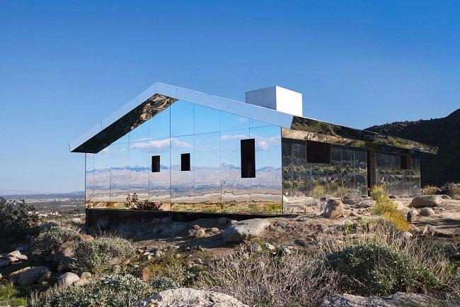 Zrcadlový dům působí jako obrácený kaleidoskop a odráží krásu okolní přírody.