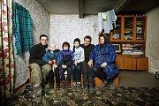 Lebeděv (24), Darina (7), Denys (9), Karyna (12) a Viktor (23) s babičkou Zinaidou v jejím domě. O týden dřívě vypukl u nich doma požár. Matka zachránila děti a vrátila se pomoci manželovi a své matce. Strop nevydržel a zřítil se. Všichni tři uhořeli.