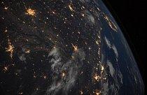 Kosmonaut NASA Mark Vande Hei zachytil noční pohled na jihovýchodní část USA z Mezinárodní vesmírné stanice 402 km od Země. Velké městské oblasti regionu, od Little Rocku v Arkansasu (vlevo) až po floridské pobřeží (nahoře vpravo), svítí oranžově.