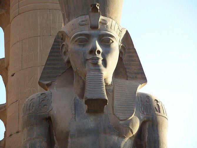 Jeden z mnoha kolosů Ramesse II. v Egyptě