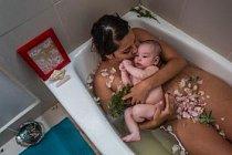 Laura Sermeñová oslavuje konec své cuaranteny – 40denního období po porodu. Tradice rozšířená po celé Latinské Americe vyžaduje, aby novopečené maminky odpočívaly v péči svých příbuzných. Období končí bylinnou koupelí matky s dítětem a masáží.
