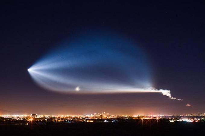 Zářící mlha nad arizonským Phoenixem má naprosto přirozené vysvětlení: jde o spaliny z rakety SpaceX, která odstartovala z Kalifornie.