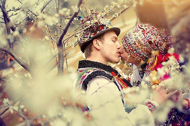 Tradiční svatby Hutsulů, kteří žijí po staletí v Karpatech, jsou velmi pestré.