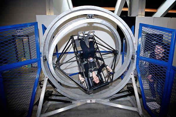 Zařízení nazvané Multi-Axis Trainer umožňuje rotaci ve všech osách. Slouží kprověření izocelení ústrojí rovnováhy, které se vpodmínkách kosmického letu vmikrogravitaci potýká sčetnými svízelemi.