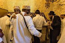 Muslimové z Indie se modlí spolu s Židy u hrobu krále Davida na jeruzalémské Chrámové hoře, na jednom z mála míst v Izraeli, kde se příslušníci těchto dvou náboženství modlí dohromady. Na místě najdete synagogu, mešitu i křižácký kostel.