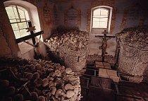 Kostnice v Nížkově ukrývá tisíce lidských kostí, výsledek dvou prusko-rakouských válek vedených v 18. století většinou na české půdě.