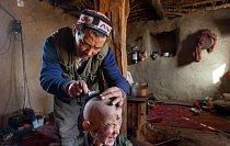 """Chajrudinův otec doufá, že když oholí synovi hlavu a uloží jeho vlasy na """"čisté místo"""", například na zamrzlou řeku, zbaví tím chlapce neustálých bolestí hlavy."""