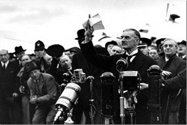 Neville Chamberlain se vrátil zMnichova a mává nad hlavou sdohodou, která měla zajistit Evropě mír.