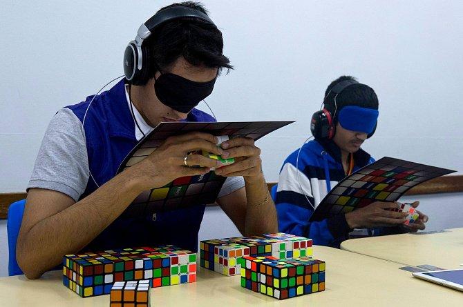 Pojem speedcubing označuje systém soutěžení ve skládání Rubikovy kostky a příbuzných hlavolamů.