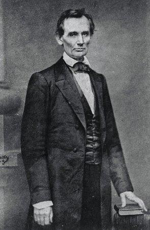1860  První Lincolnův portrét od proslulého fotografa Mathewa Bradyho se stal podkladem pro často vylepované volební plakáty. Necelých devět měsíců po vzniku této fotografie byl Lincoln zvolen do Bílého domu.