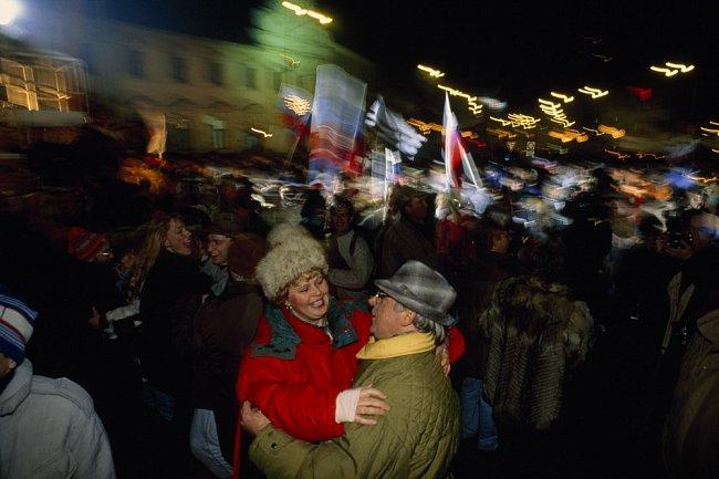 V prvních hodinách roku 1993 zaplnili ulice Bratislavy jásající Slováci, aby oslavili nezávislost, jíž se jim nedostávalo tisíc let. Češi, po desítky let dominantní partner v manželství z rozumu, přij