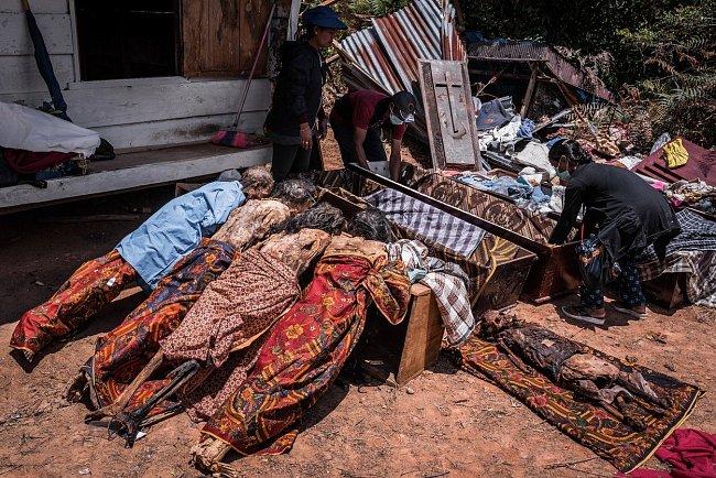 Pak jsou těla uložena zpátky do hrobu, kde jsou jim jako obětiny dány cigarety, jídlo a pití, aby mrtví do příštího svátku nestrádali.