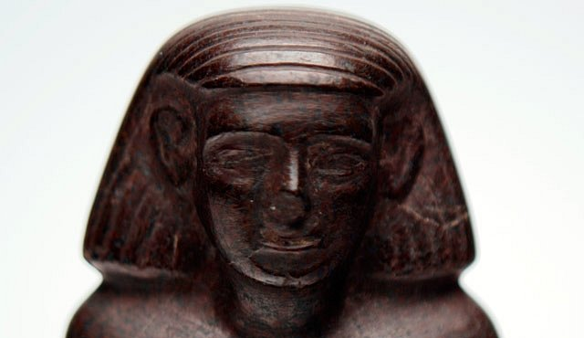Soška stará tisíce let se otáčí, jako by se do ní ukryl duch nebožtíka
