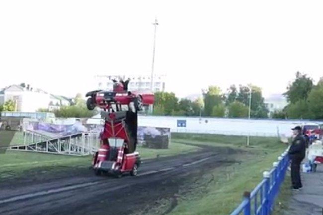 Transformer se předvedl během přehlídky v ruském městě Orjol.