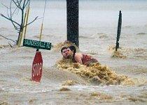 Tennessee. Jamey Howell a Andrea Silviaová se právě doslechli, že bohoslužba byla zrušena, když 2. května 2010 záplava potopila jejich jeep nedaleko Nashvillu. Chlapec s dívkou viseli na střešních nos