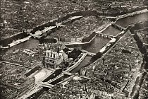 Katedrála Notre Dame v centru Paříže je jedním z nejnavštěvovanějších turistických cílů na světě. Denně ji navštíví kolem 30 000 lidí.