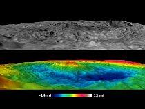 Pohled na kráter Rheasilvia - dolní obrázek je zvýrazněn barvami, aby lépe vynikl výškový rozdíl.