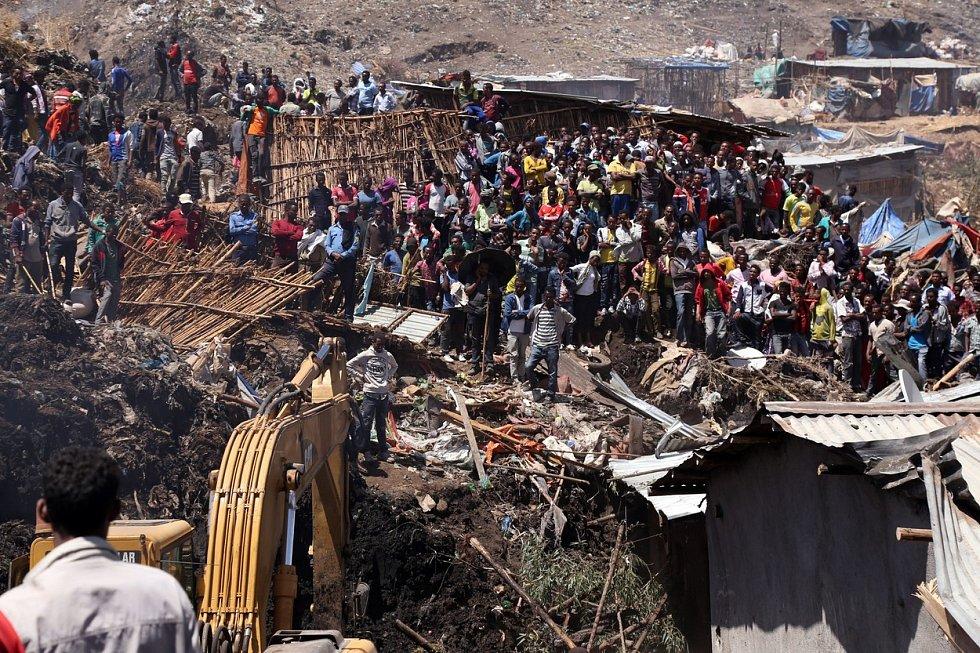 Padesát provizorních obydlí chudých lidí zavalil sesuv skládky na okraji etiopské metropole Addis Abeby. Při neštěstí zemřelo 82 lidí, hlavně ženy a děti. Zoufalí příbuzní doufají, že jejich blízcí, kteří se ještě nenašli, měli štěstí a stále žijí.