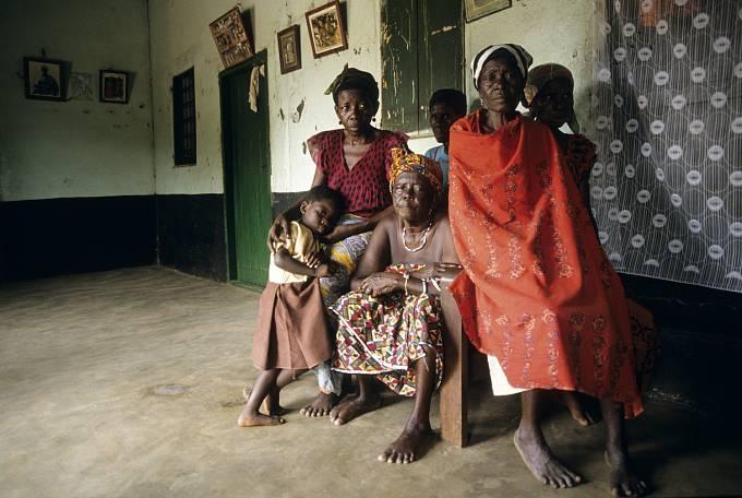 Dívky se po první menstruaci stanou manželkami knězů, slouží jim, obdělávají jejich pole, a rodí děti...