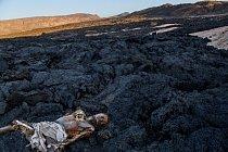 Jedna zoufalá cesta skončila nalávovém poli vDžibutsku. Podél trasy se objevovaly desítky hrobů amrtvol; byly to tragické příklady Afričanů, kteří umírali při přechodu nemilosrdné pouště, když míři