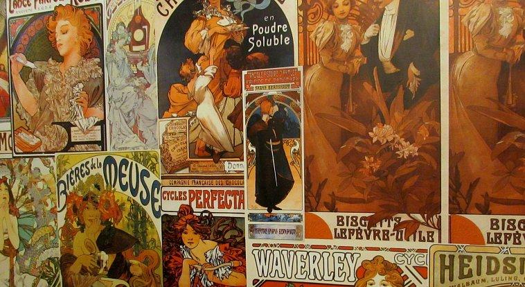 Výstava je rozdělena do několika tematických celků a expozice zahrnuje nejen notoricky známé plakáty, ale i pohledy či první československé známky a první československé peníze, které jsou součástí Muchovy tvorby.