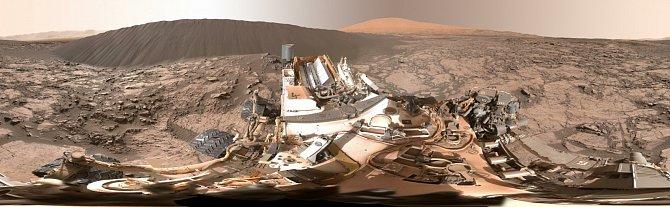 Tato fotografie zobrazuje dunu, která je vysoká zhruba pět metrů.