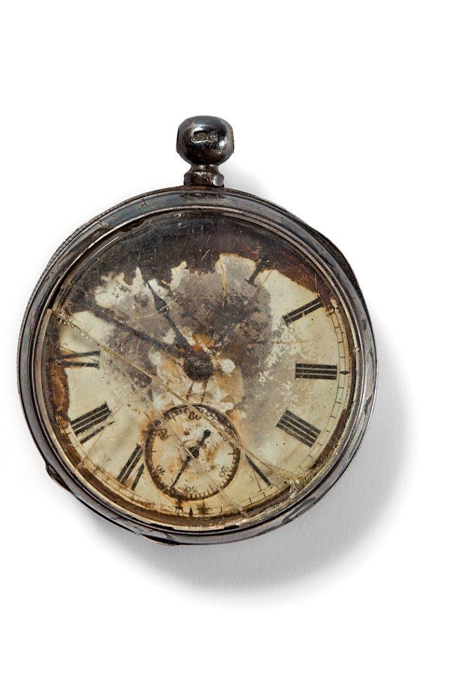 Pánské kapesní hodinky v pouzdře z ryzího stříbra byly možná nastaveny na newyorský čas. Jejich majitel patrně počítal s bezpečným doplutím.