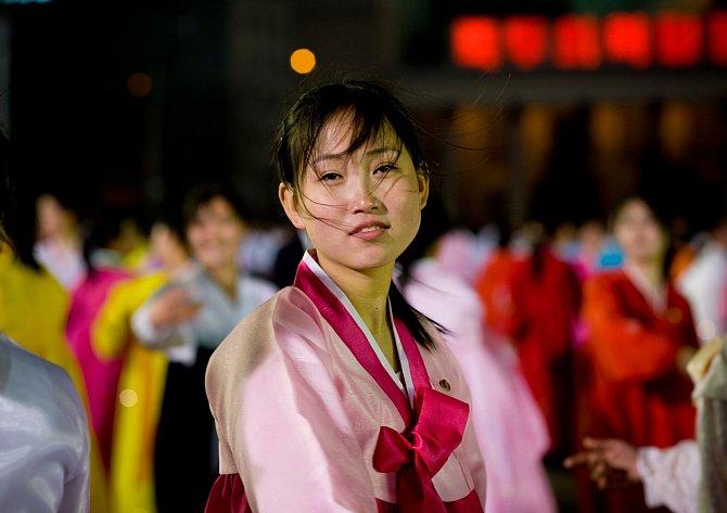 Komunistická Severní Korea je pro svět velkou neznámou. Ví se ale třeba, že ženy si můžou vybrat ze 14 účesů. Vdaným jsou doporučeny krátké vlasy a svobodným dlouhé.