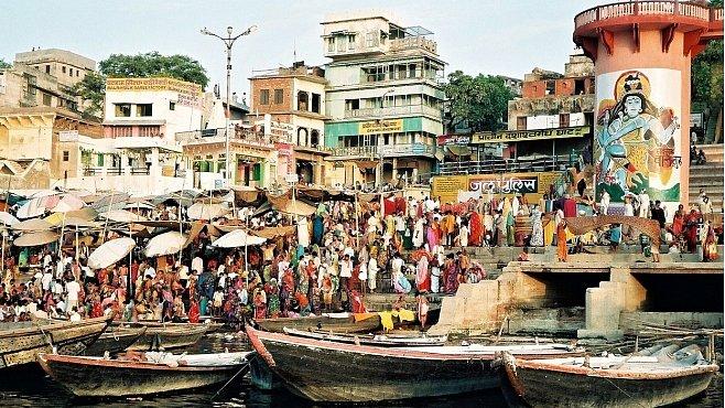 Posvátná Ganga je pro všechny: mrtvoly, nemocné i zdravé. Můžete se i napít...