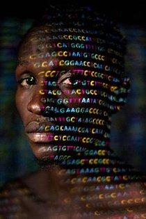 Na tvář Uganďana Ryana Lingarminllara se promítají čtyři písmena genetického kódu – A, C, G a T. DNA odhaluje to, co barva pleti zastírá: všichni máme africké předky.