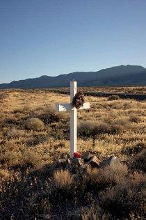 U silnice Route 50 stojí kříže ozdobené květinami.