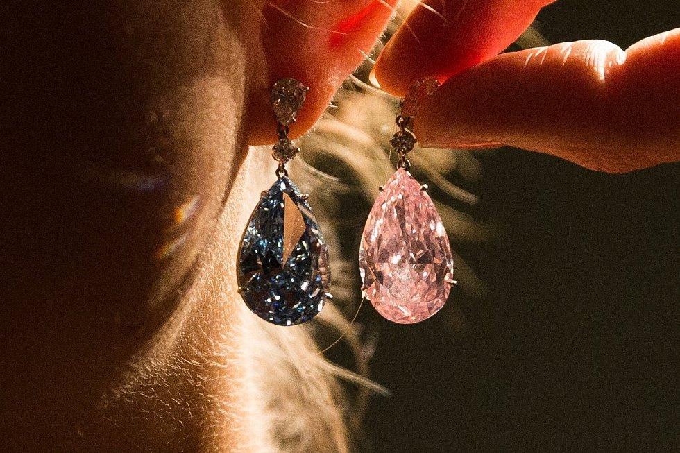 Za rekordních 58 milionů dolarů se v ženevské aukční síni Sotheby's prodaly vzácné diamantové náušnice. Apollo je jasně modrý diamant se 14,5 karáty a Artemis růžový se 16 karáty. Drahokamy, které koupil jeden zájemce, jsou pozoruhodné díky svojí barvě.