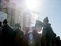 Kadeti řecké vojenské akademie si prohlížejí Parthenon. Starobylý chrám bohyně Athény navrcholu Akropole je poškozen znečištěným ovzduším avsoučasné době se opravuje.
