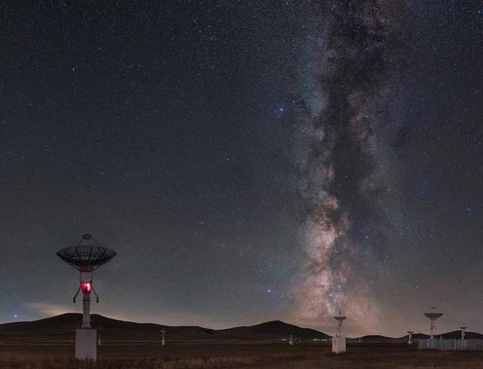 Oceněná fotografie složená z 20 samostatných snímků ukazuje Mléčnou dráhu na pozadí soustavy radioteleskopů stanice Mingantu ve Vnitřním Mongolsku, regionu na severu Číny.