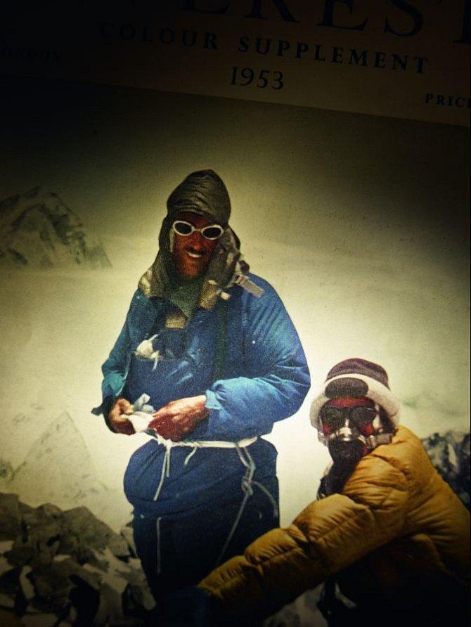 Edmund Hillary a Tenzing Norgay na špičce světa.