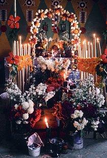 Vše se vyzdobí květinami, umělými i čerstvými, obou je v Mexiku požehnaně, a zapálí se svíčky.
